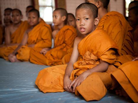 Mönche und Alltagsmenschen. Grenzziehungspraktiken zwischen Heiligen und Profanen im Buddhismus